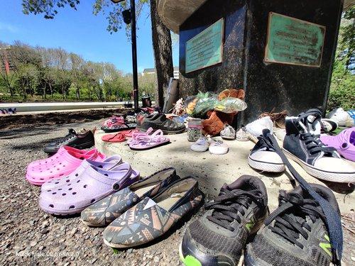Shoe memorial Alberta Canada - Mack Male CC BY SA 2